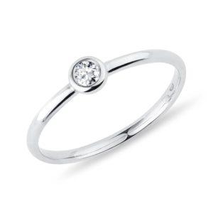 Bezel prsten s briliantem v bílém zlatě KLENOTA
