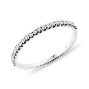Jemný snubní prsten s diamanty v bílém zlatě KLENOTA