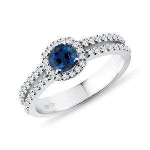 Luxusní diamantový prsten se safírem v bílém zlatě KLENOTA